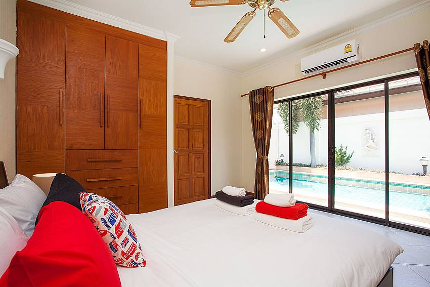 1. bedroom with king size bed and pool access at Villa Majestic 41 Pratumnak Pattaya Thailand