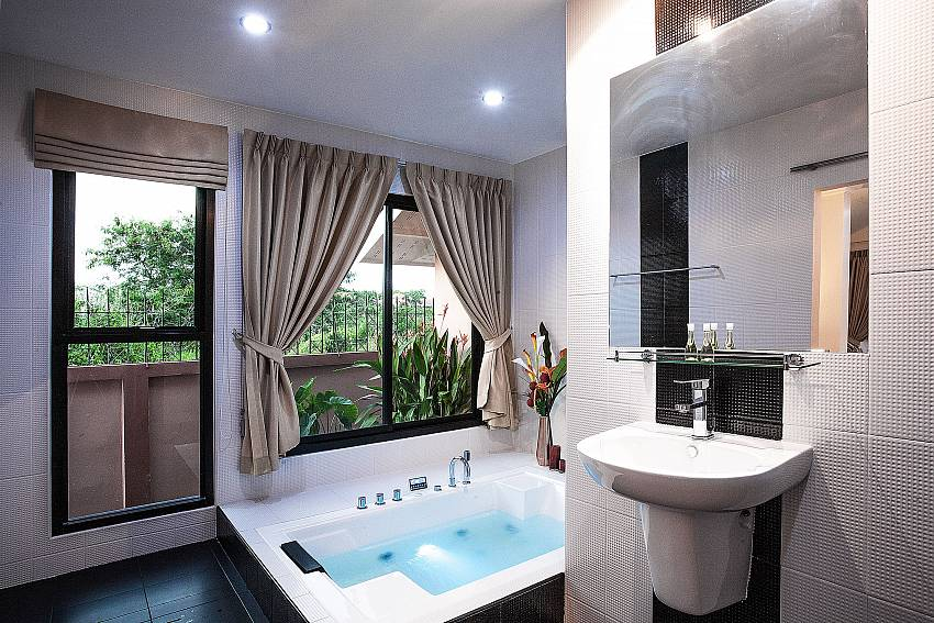 Master Bathroom  Of Baan Chatmanee