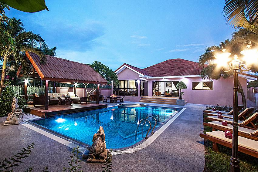 Gorgeous Pool and Villa at evening Of Baan Chatmanee