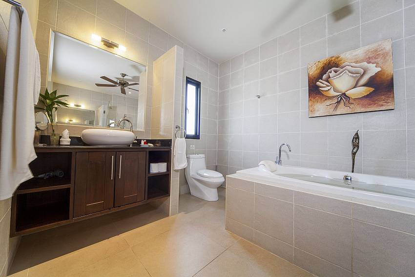 Master Bathroom-Ploi Attitaya_6 bedroom villa_Private Pool_Nai Harn_Rawai_Phuket_Thailand