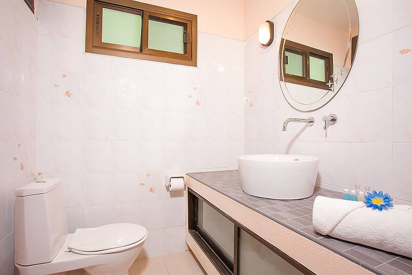 second en-suite bathroom at Chaweng Wan Hyud Apartment No.12 Samui