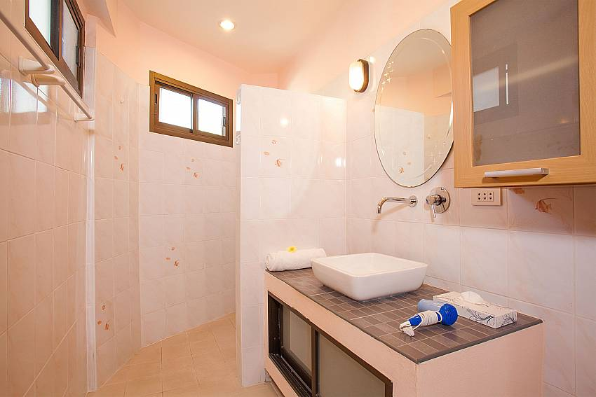 1. en suite bathroom in Wan Hyud Apartment No.12 Koh Samui