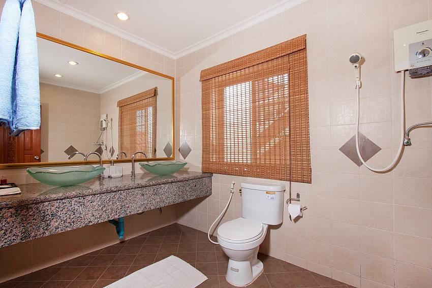 Western-style Bathroom-Nai Mueang Klang_4 Bedroom_Pool Villa_Pattaya_Thailand