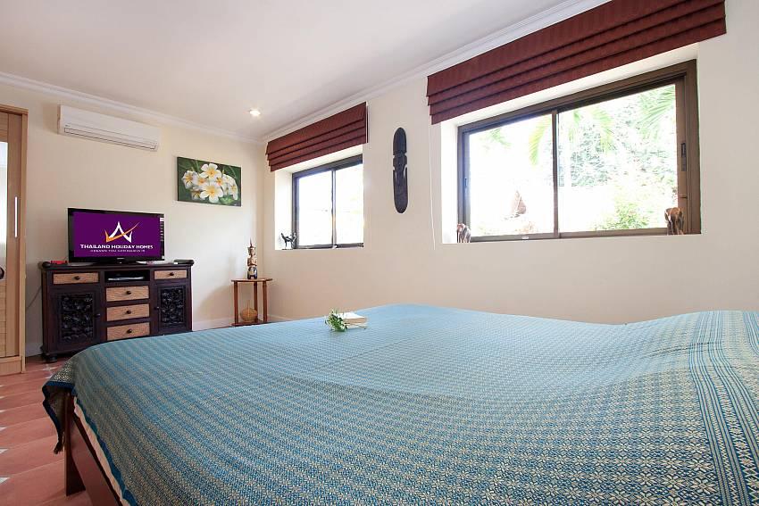 King size bed at 1st. bedroom in Nai Mueang Klang Villa Pattaya