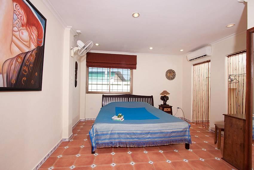 2. bedroom with kingsize bed at Nai Mueang Klang Villa in Pattaya