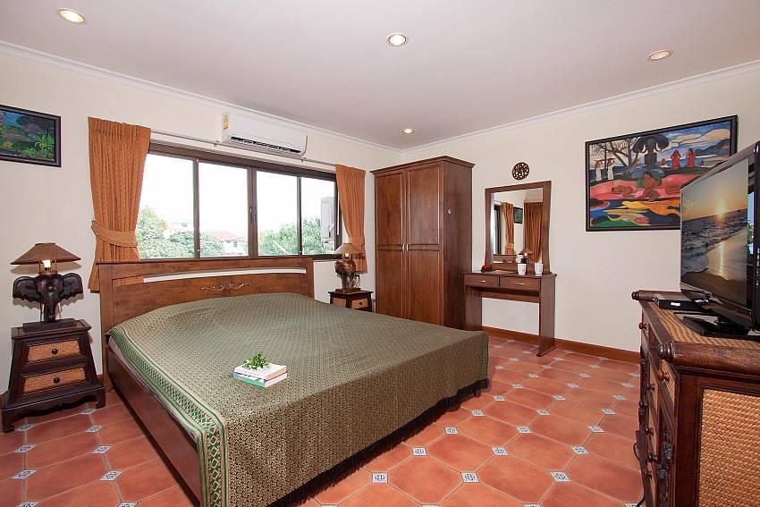 4. King size bedroom with TV at Nai Mueang Klang Villa Pattaya