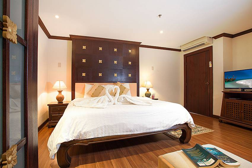 King size bed with TV at Nirvana Apartment No.603 Jomtien South Pattaya Thailand