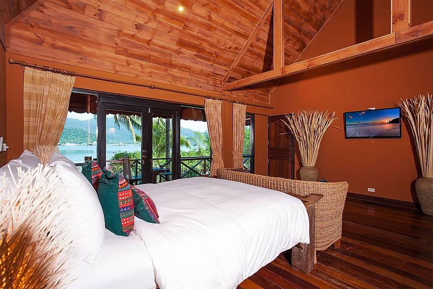 Bedroom with TV Natures Oasis Resort No.7A in Bang Bao Koh Chang