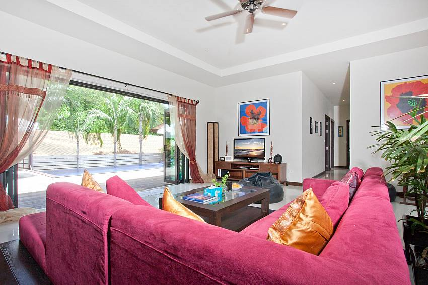 comfortable-main-living-room-ploi-jantra-villa-5-bedroom-large-pool-nai-harn-phuket-thailand