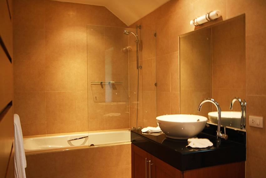 Modern Bathrooms-narumon-villa_5-bedroom_serviced-pool-villa_nai-harn_phuket_thailand