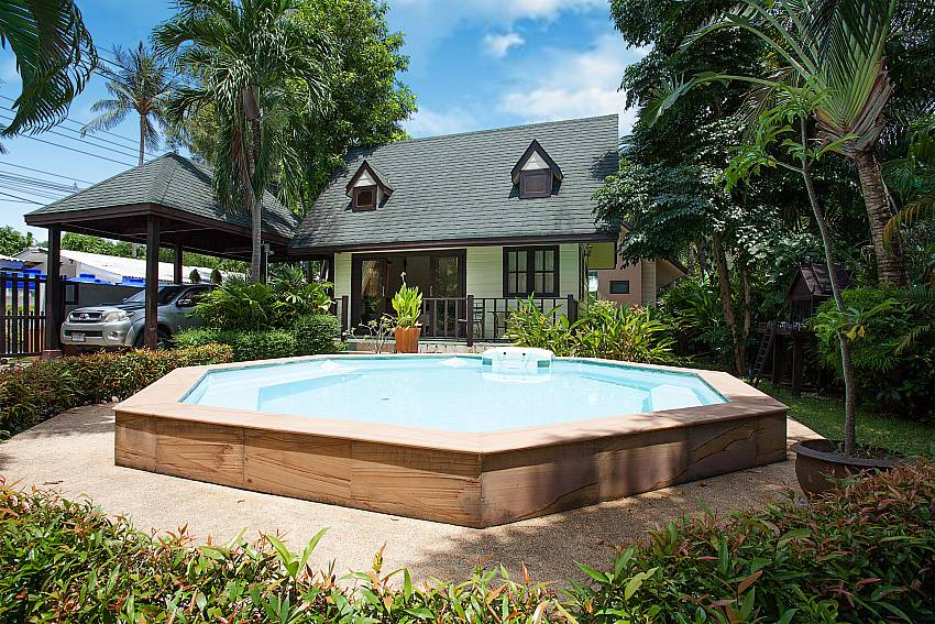 Big Jacuzzi in the garden of Villa Damini Laemset Beach Samui