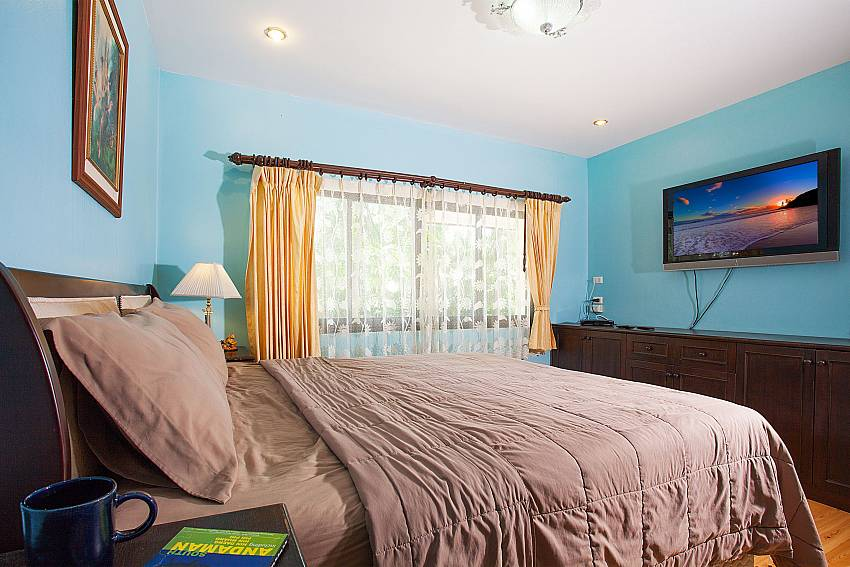 4. bedroom with double bed and TV at Villa Damini Samui