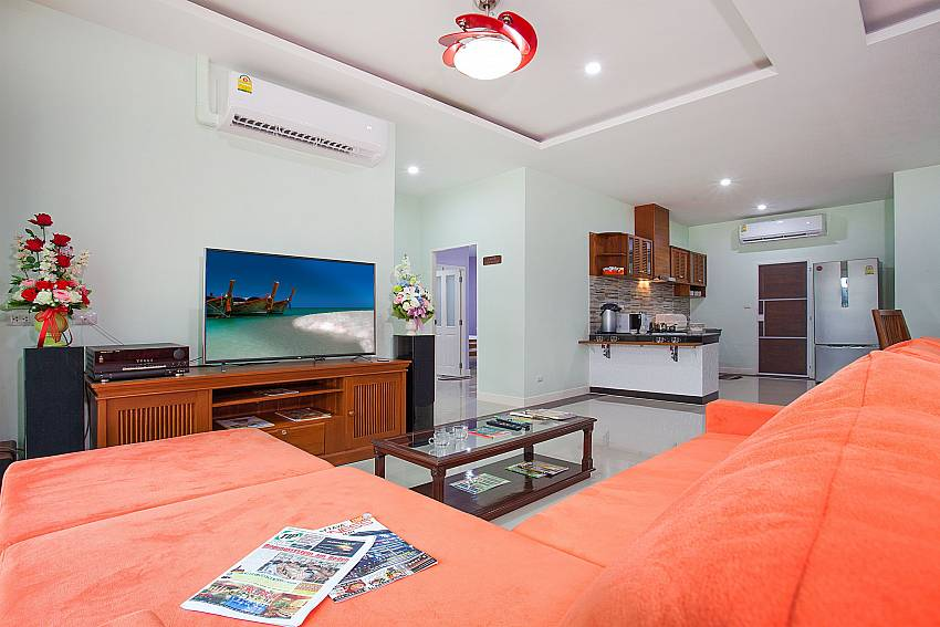 Living room with TV Melodious Villa in East Pattaya
