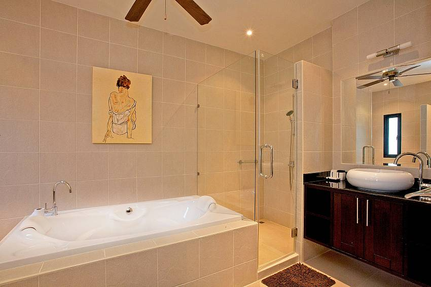 Master Bathroom-pagarang-villa_6-bedroom_luxury-pool-villa_nai-harn_phuket_thailand