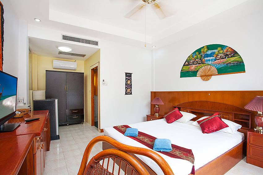 King-size bed at the Studio Apartment Khuno 203 in Phuket