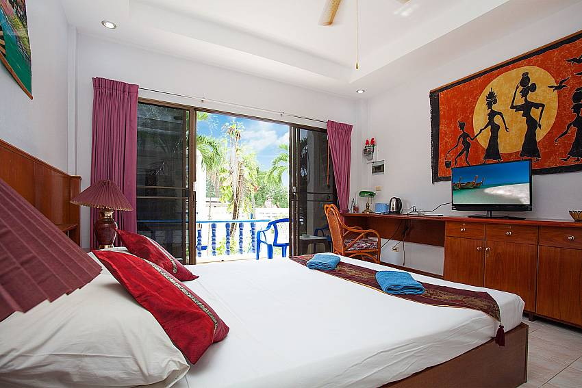 Double bed at Apartment Khuno 203 with TV and balcony in Phuket