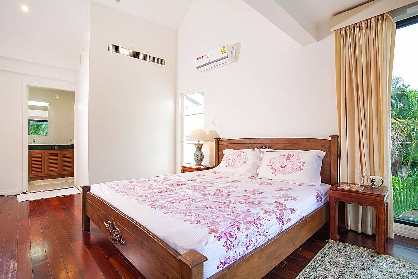 King-size bed in master bedroom at Villa Dooriya Central Phuket