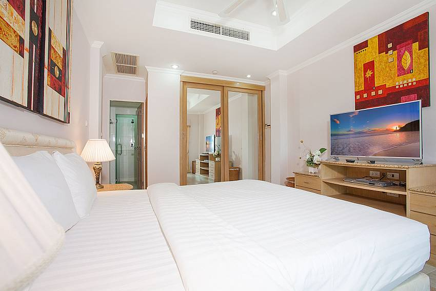 Bid double bed in 1. bedroom with TV Manuae Condo 201 Phuket