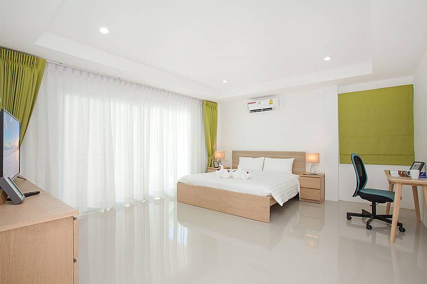 2. bedroom with TV and double bed at Villa Inigo No.3 in Samui
