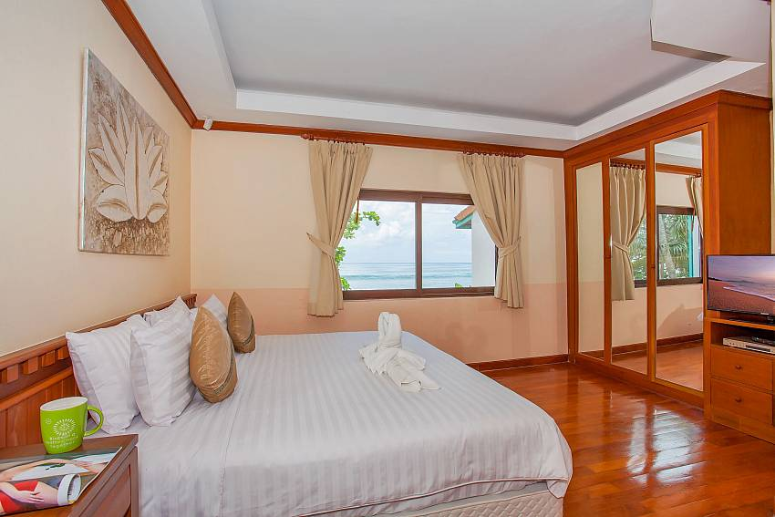 2. double bedroom with TV and sea view Phuket