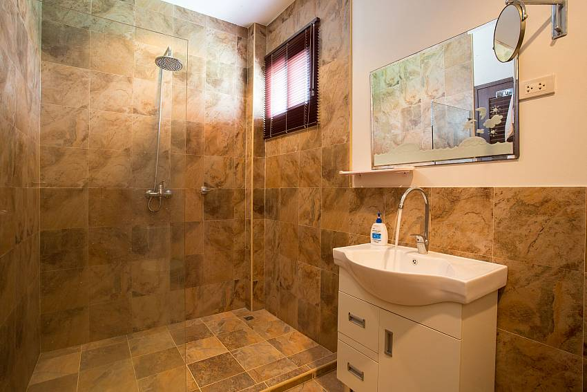 Jomtien Sunrise Villa Pattaya 2. en suite bathroom