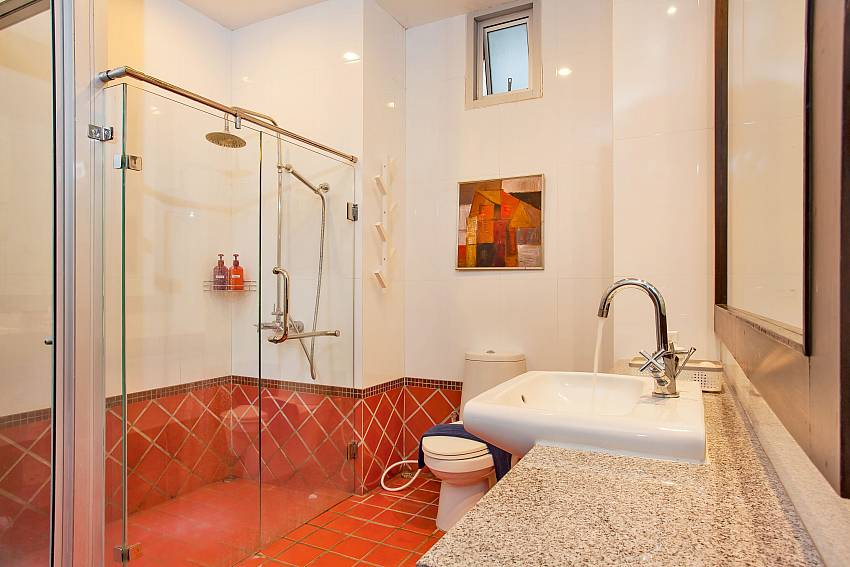 2. en-suite bathroom at Rustic Gold Villa south pattaya