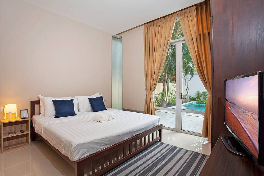 2. bedroom with king-size bed and pool access Rustic Gold Villa Pattaya