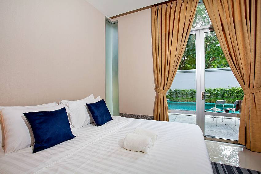 2. kingsize bedroom with pool access in Rustic Gold Villa Pattaya