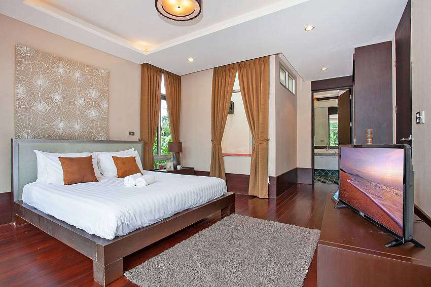 Rustic Gold Villa with king size master bedroom Pattaya