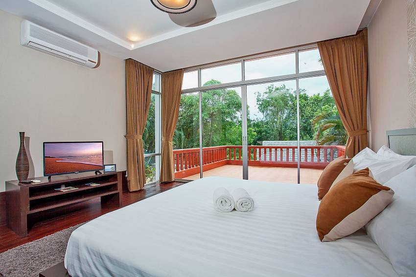 Master bedroom with terrace in Rustic Gold Villa Pattaya