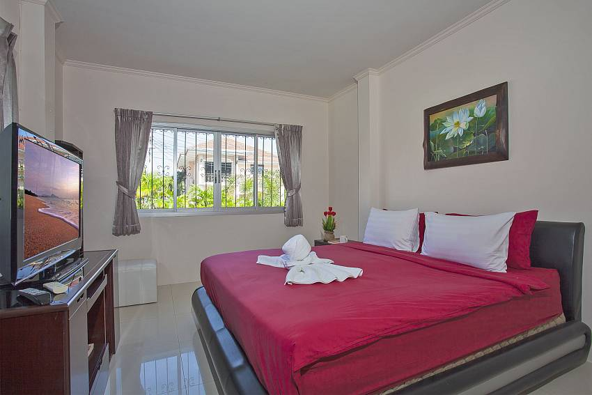 King size bedroom with tv at Baan Kinara south pattaya