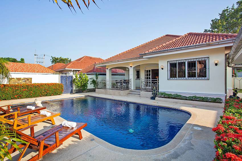 private pool with sun beds Baan Kinara Jomtien Pattaya