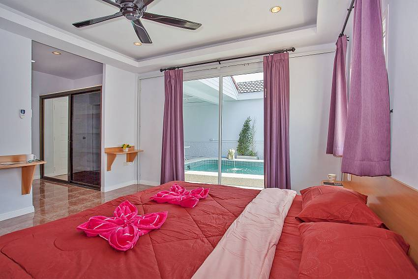 1. bedroom with king size bed and en-suite bathroom Vogue Villa Pattaya