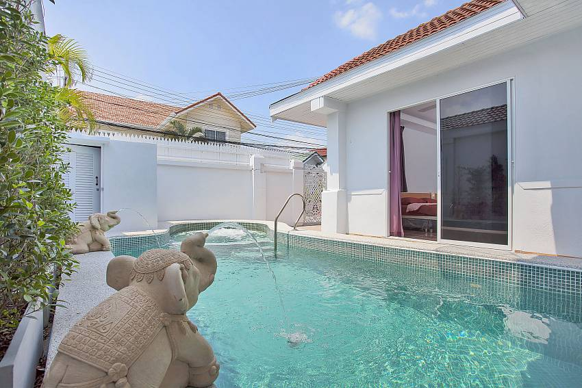 Private pool with jacuzzi at Vogue Villa in Pattaya
