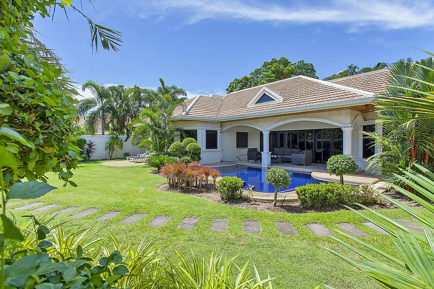 4 bedroom Pattaya Presidential Villa with huge garden in Jomtien