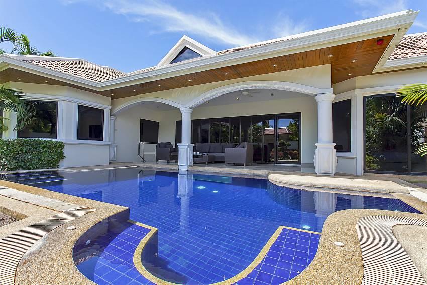 Splendid private pool at the Pattaya Presidential Villa in Jomtien