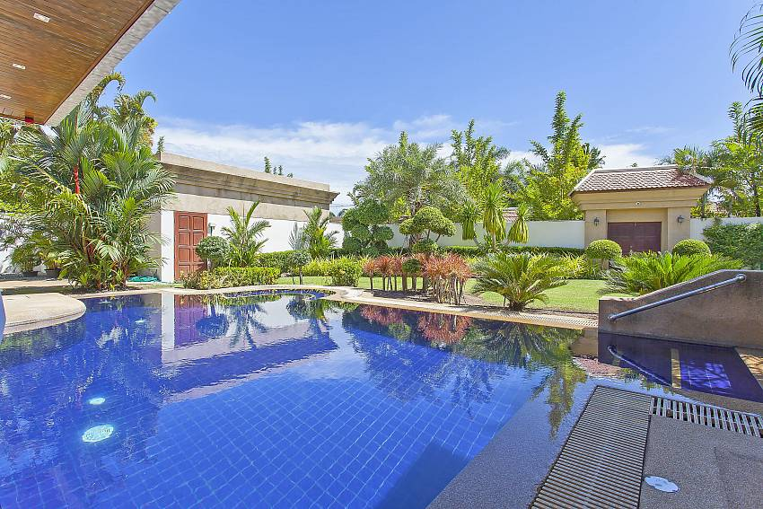 this fantastic pool with huge garden awaits you at Pattaya Presidential Villa in Jomtien