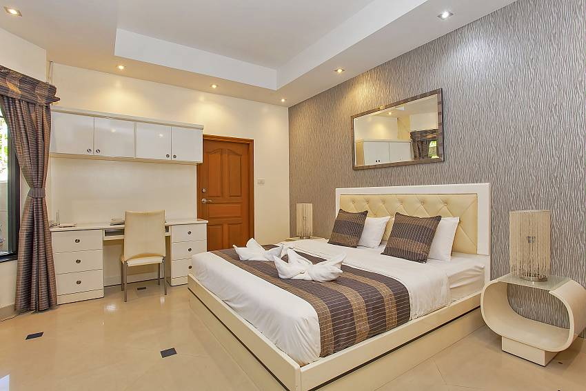 3. bedroom with a comfortable double bed and working desk at Pattaya Presidential Villa