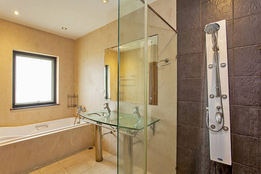 bathtub and separate shower in the master bathroom of Pattaya Presidential Villa