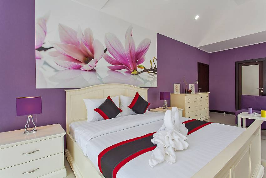 King-size bed in master bedroom at Moonlight Villa Pattaya