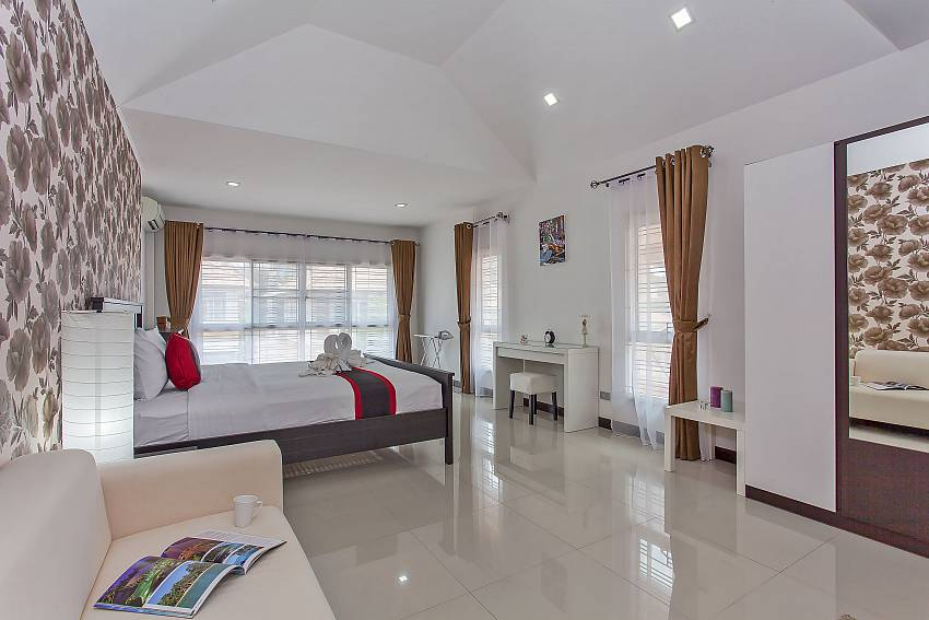 2. guest bedroom with king-size bed at Moonlight Villa in Jomtien Pattaya