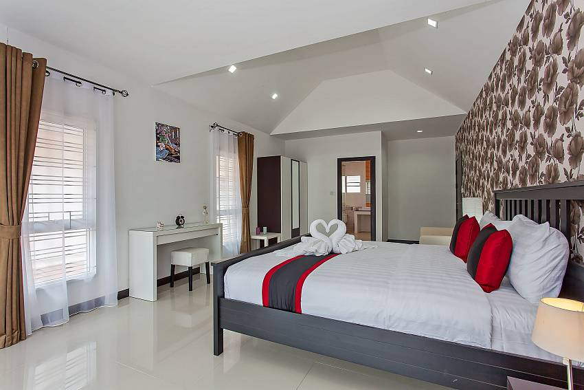 Elegant 2. guest bedroom with king size bed in Moonlight Villa South Pattaya