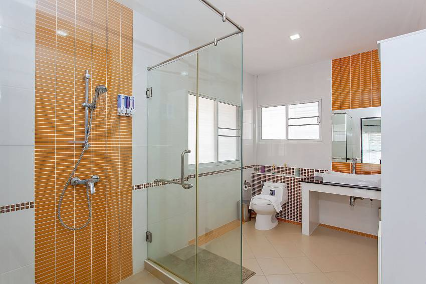En-suite bathroom of 2. guest-bedroom in Moonlight Villa Pattaya