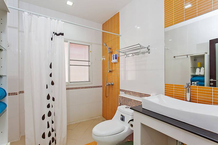 Ensuite bathroom from the 3. guest bedroom of Moonlight Villa in Pattaya