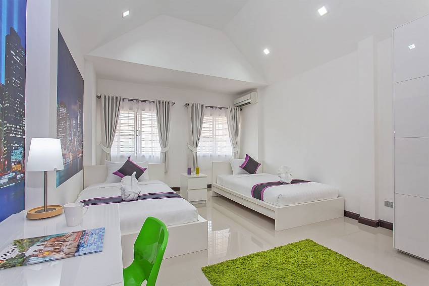 1. guest bedroom with 2 single beds at Jomtien Moonlight Villa in Pattaya