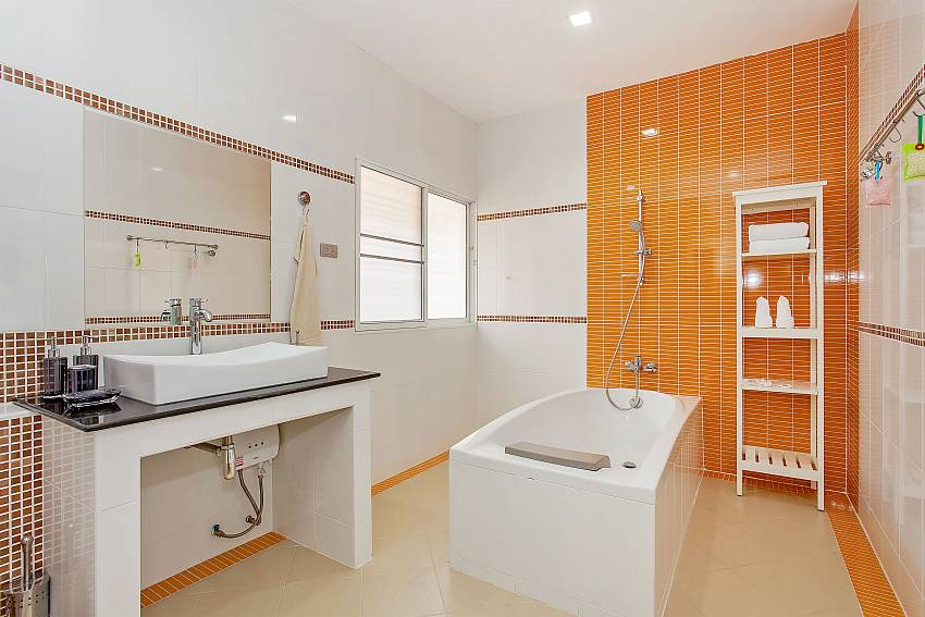 Master bathroom with bathtub in Moonlight Villa Pattaya