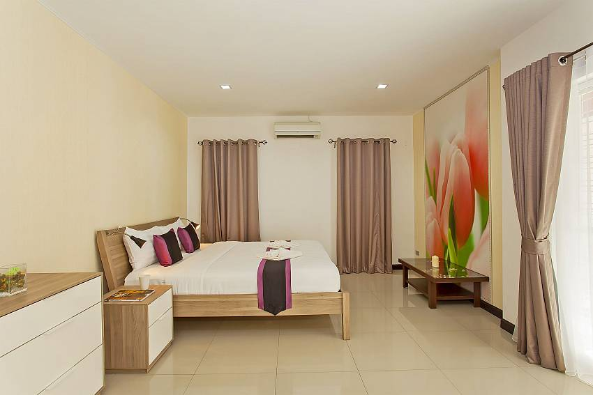 King-size bed in 3. guestroom of Moonlight Villa in Jomtien Pattaya