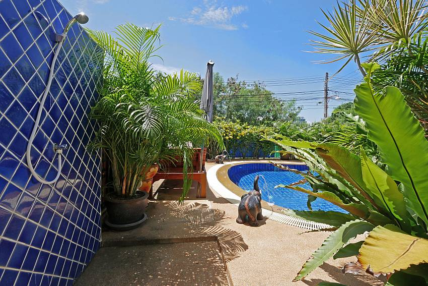 Villa Amiya in south pattaya has a shower next to the pool