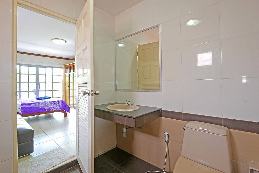 1. en-suite bathroom of Jomtien Villa Amiya in south Pattaya