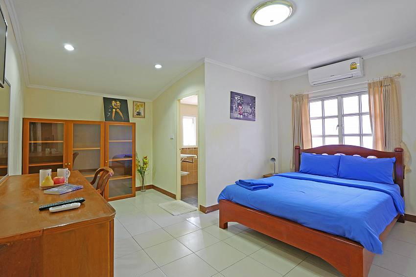2. bedroom with queen size bed and desk at south pattaya Villa Amiya